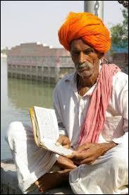 Dans le système des castes hindouistes, comment appelle-t-on les prêtres ?