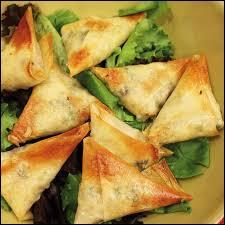 Dans la cuisine indienne, comment appelle-t-on les beignets triangulaires ?