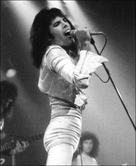 """Dans quel """"Guitar Hero"""" peut-on jouer la chanson """"Bohemian Rhapsody"""" du groupe Queen ?"""