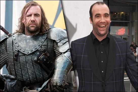Dans la série télévisée où joue l'acteur de droite, comment est surnommé son personnage de gauche ?