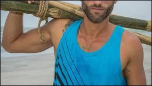 Il adore les sports nautiques, et dépasse tous les aventuriers quand ils doivent, au début de la saison, nager jusqu'à la plage.
