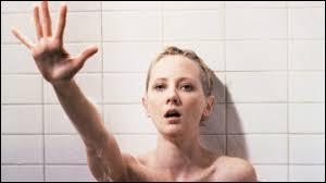 """""""Psycho"""" de Gus van San est, par rapport à Pyschose de Alfred Hitchcock, un/une..."""