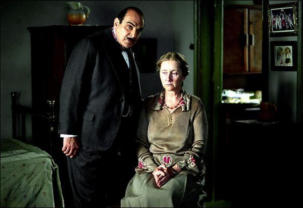 Amyas est retrouvé mort par Caroline. Miss Williams va immédiatement prévenir Meredith Blake qui s'occupe d'en informer les autres. Mais en revenant au jardin, elle est témoin de quelque chose...