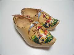 A moins d'avoir les deux pieds dans le même, comme mon oncle Clément, vous devriez pouvoir me dire d'où viennent ces magnifiques sabots peints à la main...