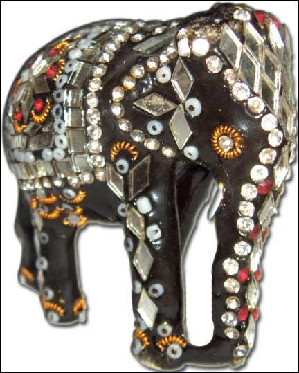 Mon parrain Georges a fait des voyages extraordinaires... De quel pays m'a-t-il ramené cet éléphant finement décoré ?
