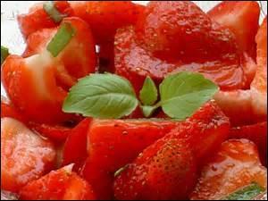 Dans une salade de fraises, que pouvez-vous incorporer pour en rehausser le goût ?