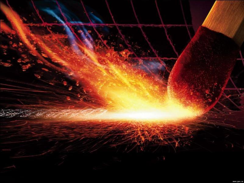 Un homme radin ne veut utiliser qu'une seule allumette pour allumer sa cheminée, son poêle de cuisine, sa cuisinière et une bougie. Que doit-il allumer en premier ?