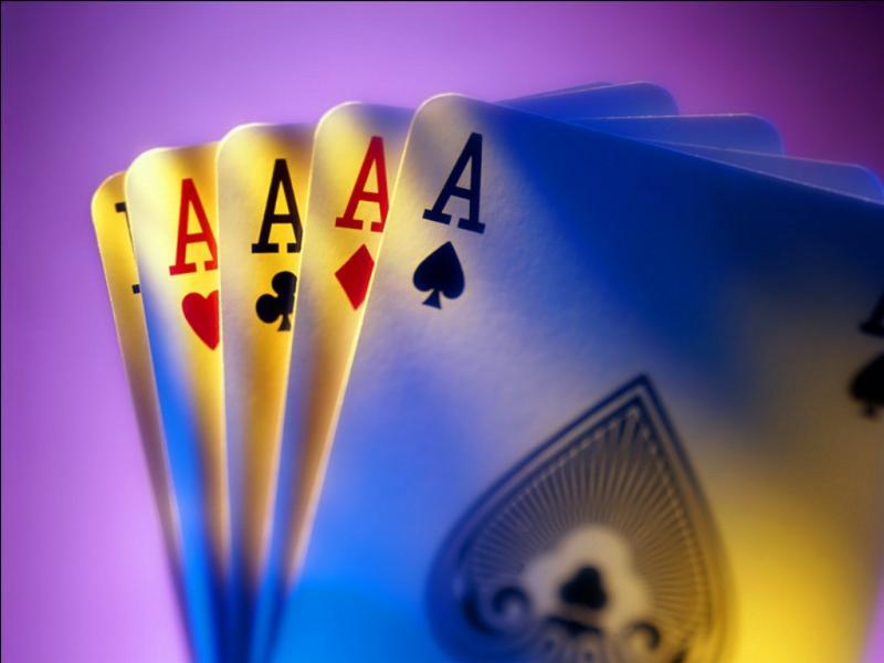 """À la fête d'un village, un homme affirme """"Voici un jeu de 52 carte banal ; mais je vous garantis que si j'enlève 8 cartes et que je vous donne TOUT le reste, vous serez incapable de faire une suite de 5 cartes"""". Bien sûr, il est sûr de gagner, mais quelles cartes cet homme enlève-t-il ?"""
