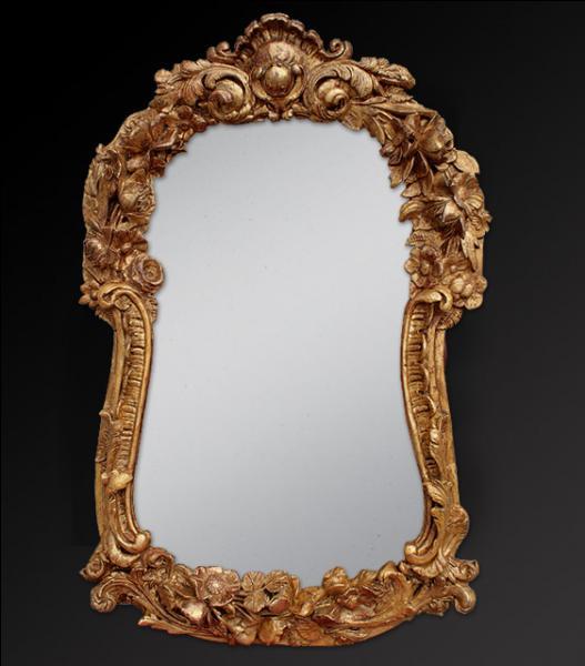 Une femme tombe dans une pièce complètement close dont les murs, le plafond et le plancher sont couverts de miroirs. Combien voit-elle de reflets, sachant qu'il n'y a rien d'autre qu'elle ?