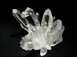 Voilà quelques formes de cristaux. Laquelle n'existe pas ?