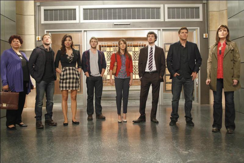 A la fin de l'épisode 1 saison 6, que voient-ils, lorsqu'ils arrivent à l'institut ?