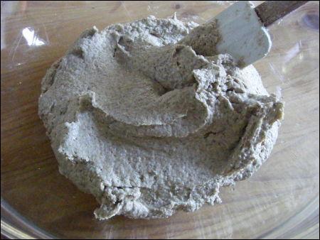 Le boulanger fabrique un pain à la mie brune, acidulée et à la croûte épaisse, craquante, pour que l'on puisse s'en tailler une bonne tranche au petit-déjeuner ! Que va-t-il incorporer aux farines de blé et de seigle ?