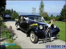 Vive les mariés ! Quelle est cette voiture dans laquelle vont prendre place les jeunes mariés ?