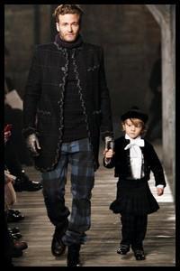 Hudson Kroenig, le fils du top américain Brad Kroenig, est, à 6 ans à peine, le petit protégé d'un très grand créateur de mode. Lequel ?