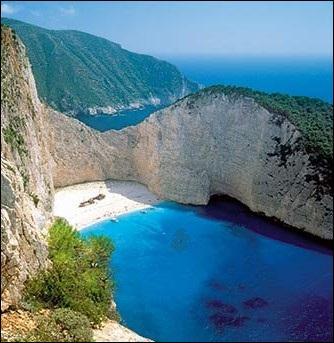Sur quelle île grecque, son père le laissa-t-il succéder comme roi ?