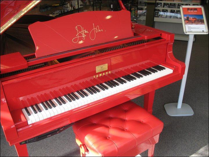 Ce piano vous aidera sans doute à trouver le nom du chanteur !