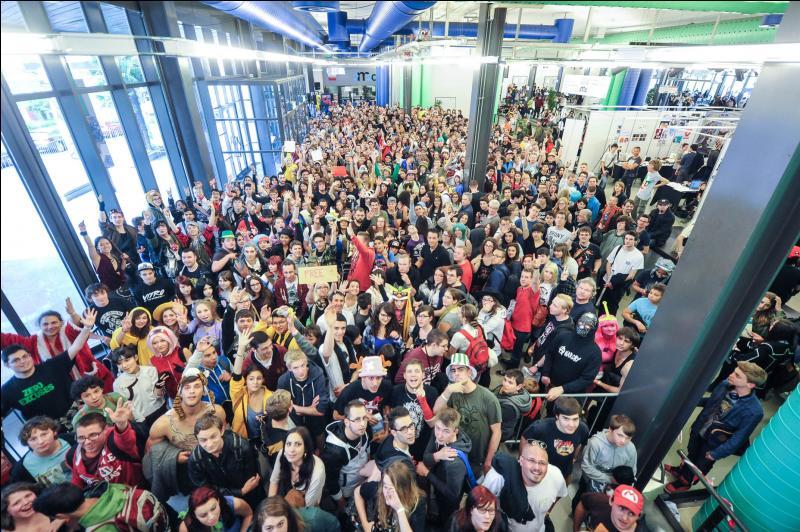 Dans quelle convention se rend-il chaque année en Suisse ?