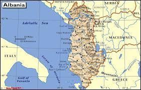 Mon premier est la première syllabe du nom d'un petit poussin jaune. Mon second est bas. Mon troisième est prononcé par un enfant buté. Mon tout est la capitale de l'Albanie.