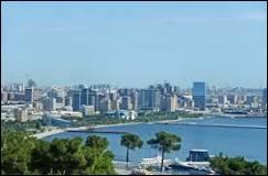 Mon premier n'est pas en haut. Mon second soutient votre tête. Mon tout est la capitale de l'Azerbaïdjan.