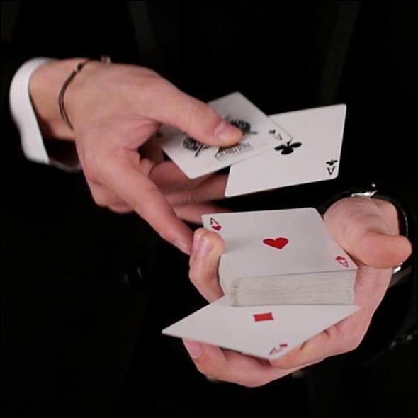 Comment s'appelle la magie utilisant les cartes ?