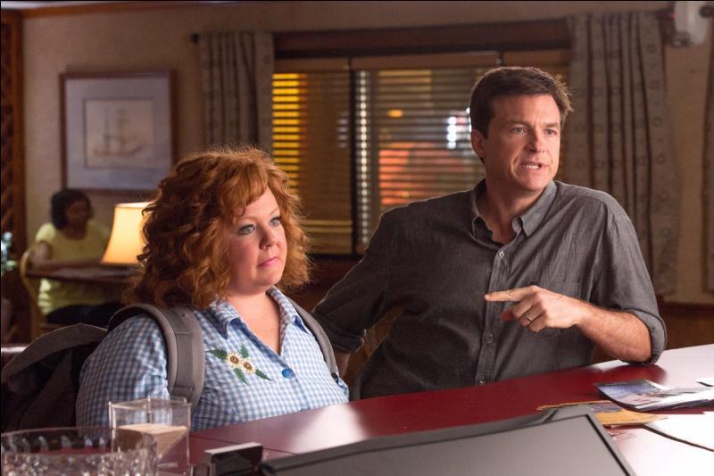 Dans quel film Jason Bateman joue-t-il au côté de Melissa McCarthy, celle-ci incarnant une fraudeuse ?
