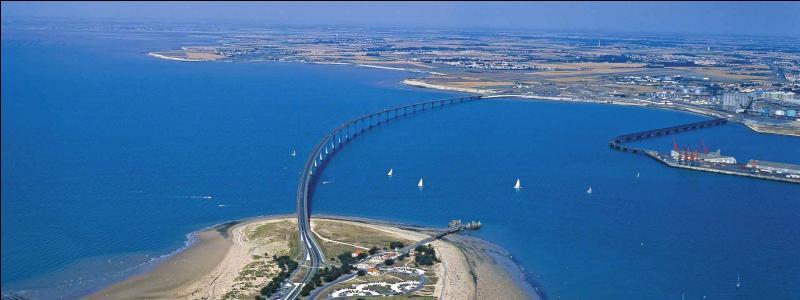 Regardez bien votre carte et dites-moi quelle île se trouve à l'ouest de La Rochelle ?