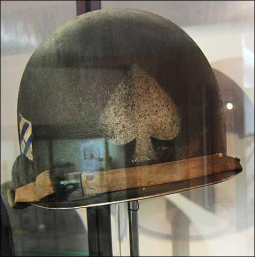 Pendant la Seconde Guerre Mondiale, les GI étaient reconnnaissables à l'as de pique peint sur le côté de leurs casques. On pouvait ainsi savoir qu'ils appartenaient à :