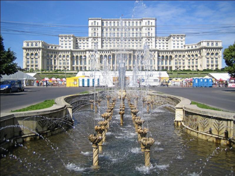 Cette immense bâtisse, le palais du Parlement de Bucarest, se trouve...