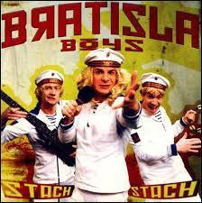 """De quel pays imaginaire le groupe fictif Bratisla Boys, auteur du tube """"Stach Stach"""" en 2002 est-il originaire ?"""
