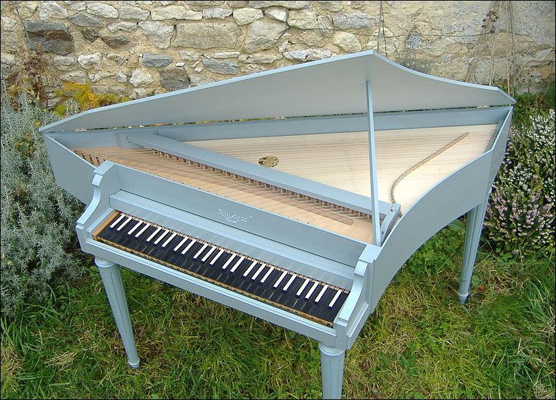 Comment s'appelle cet instrument de musique à cordes pincées et clavier, de la famille des clavecins ?