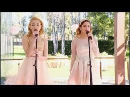 Pour quelle occasion chantent-elles ensemble ?