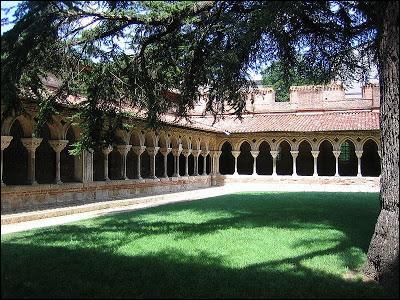 Cette abbaye, joyau du département du Tarn-et-Garonne, construite dès le VIIe siècle, classée au patrimoine mondial de l'UNESCO, se situe sur le chemin de Saint-Jacques-de-Compostelle.Ses remarquables sculptures en font un monument prestigieux.