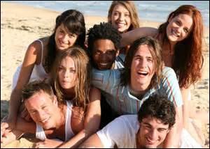 Tous les ans Alex, Mattéo et Pierre vont en vacances sur l'île de Ré. Tous les ans, le cœur de chacun d'eux palpite et chavire pour une belle. De quelle série est-il question ?
