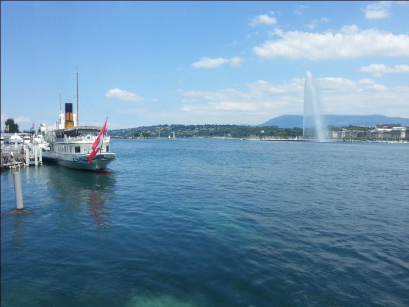 Mais, où séjourne-t-il donc ? C'est soit à Lausanne soit à Genève. Quoi qu'il en soit, avec ce jet d'eau, ce ne peut être que le lac …