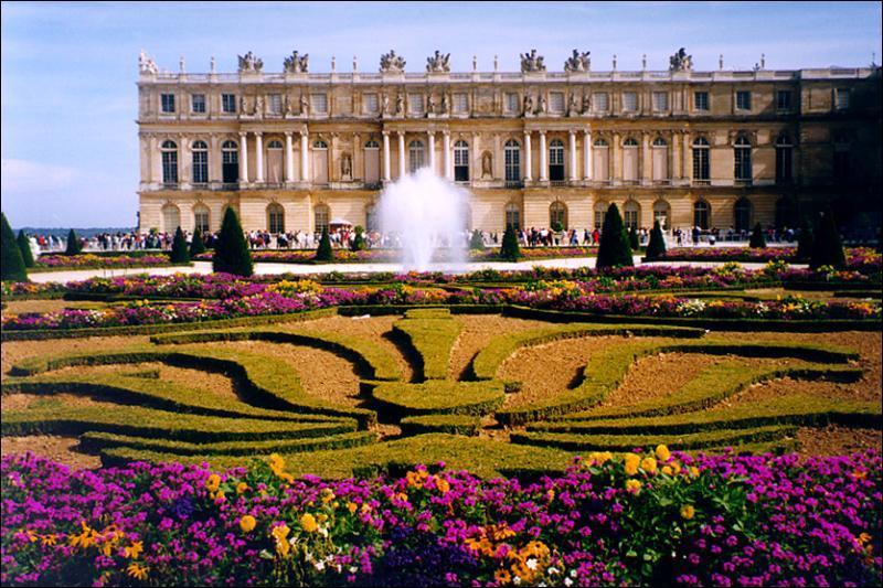 Ville nouvelle créée par la volonté de Louis XIV, elle fut ville royale de 1682 à 1789. Vous pouvez visiter son immense château dans les Yvelines, à...