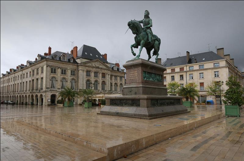 Partez sur les traces de l'héroïne de la guerre de Cent Ans, qui libéra cette ville en 1429. Quelle est cette commune du Loiret ?