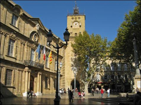 """Connue pour ses calissons, cette """"ville d'eaux, ville d'art"""" est située dans les Bouches-du-Rhône."""