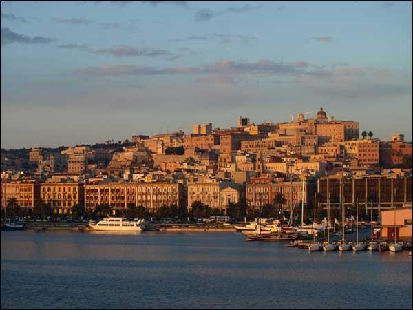 Dans quelle île de la Méditerranée pouvez-vous visiter la ville de Cagliari ?