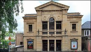 1900-2015 - De Mistinguett à Carla Bruni... Quel est cet ancien théâtre situé au pied de la Butte Montmartre qui a su s'adapter et proposer des manifestations très en vogue comme l'enregistrement de l'émission Nouvelle Star et l'accueil de la compétition des Nations Wars ?