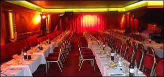 """1960-2015 - Restaurant et bar de nuit pour commencer, cette adresse """"confidentielle"""" située rue des Martyrs développera un nouveau concept appelé cabaret-spectacle. Quel est cet endroit si singulier où le play-back fait partie intégrante des artistes travestis imitant les stars du show-business ?"""