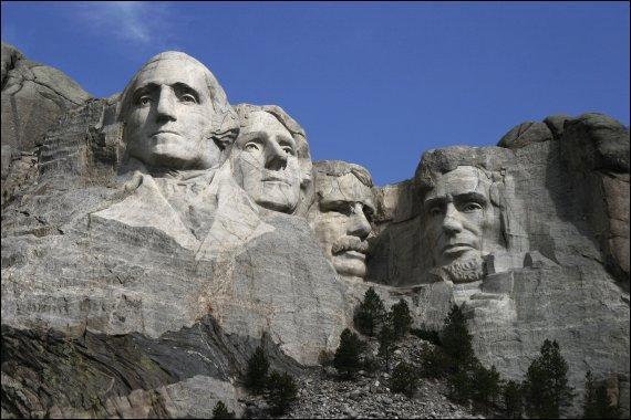 Les sculptures du mont Rushmore représentent 4 des présidents américains. Quel est le nom de celui qui se trouve en 3e position en partant de la gauche ?