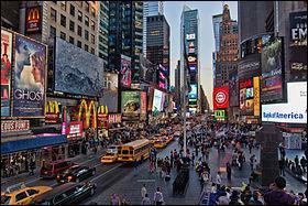 Combien de personnes (environ) se croisent chaque jour à Times Square ?