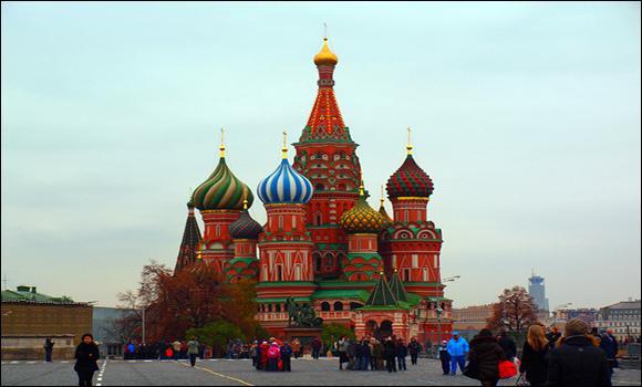Sur quelle place célèbre de Moscou se trouve la magnifique cathédrale de Saint Basile ?