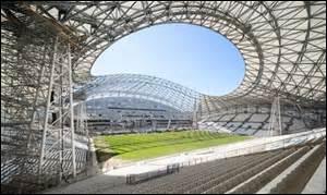 Il est celui qui a la plus grande capacité et se trouve dans la cité phocéenne, c'est le stade :