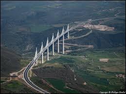 Dans quel département français se trouve le viaduc de Millau ?