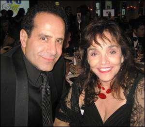 La vraie femme de Tony Shalhoub (celui qui joue Monk), a joué des petits rôles dans la série, comme hôtesse de l'air ou encore shérif. Quel est son vrai nom ?