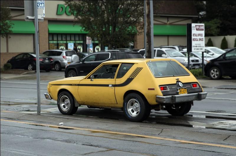 Elle conduit une AMC Gremlin jaune...