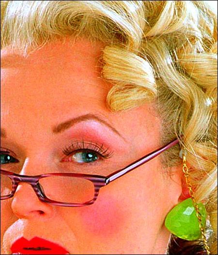 Maniant tout type de pellicules, de la photo à la coiffure, Bozo vous entraîne ce matin dans le monde du cuir, chevelu, pour 30 questions au parfum suave comme l'est le shampoing de Ginny.Quelle est la coiffure de la partenaire (particulière) de Bozo, Rita Skeeter ?
