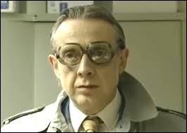 Savant mélange de surréalisme et d'humour bien belge. On le voit ici dans le rôle de l'Inspecteur Derrick mais il s'est d'abord fait connaître avec ses chansons. De quel groupe Jean-Luc Fonck est-il le chanteur ?