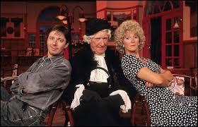 Il est mort le 23 janvier 2015 à Fréjus à l'âge de 82 ans. Quel humoriste se cachait sous les traits de Madame Gertrude (au centre de la photo) ?